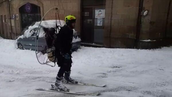 В Испании смельчак прокатился на лыжах с пропеллером на спине - Sputnik Беларусь