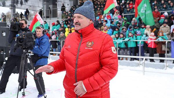 Президент Беларуси Александр Лукашенко на Снежном снайпере - Sputnik Беларусь