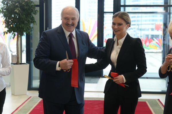 Участие в торжественной церемонии открытия Дворца гимнастики приняли президент Александр Лукашенко и олимпийская чемпионка Алина Кабаева - Sputnik Беларусь