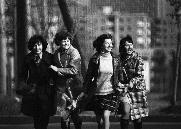Ткачихи Минского камвольного комбината на улице Минска, 1974 год. - Sputnik Беларусь