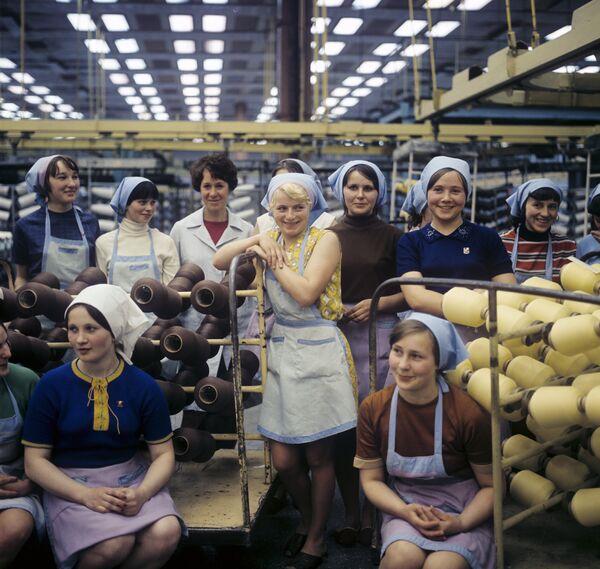 Молодые работницы Могилевского комбината синтетического волокна имени В. И. Ленина, 1974 год. - Sputnik Беларусь