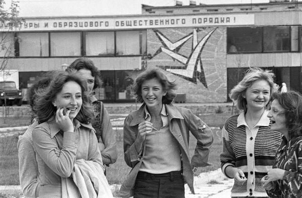 Девушки из города Новолукомля, 1977 год. - Sputnik Беларусь