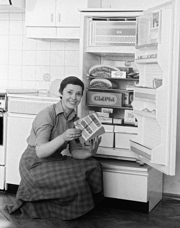 Девушка демонстрирует холодильник Минского завода холодильников, 1980 год. - Sputnik Беларусь