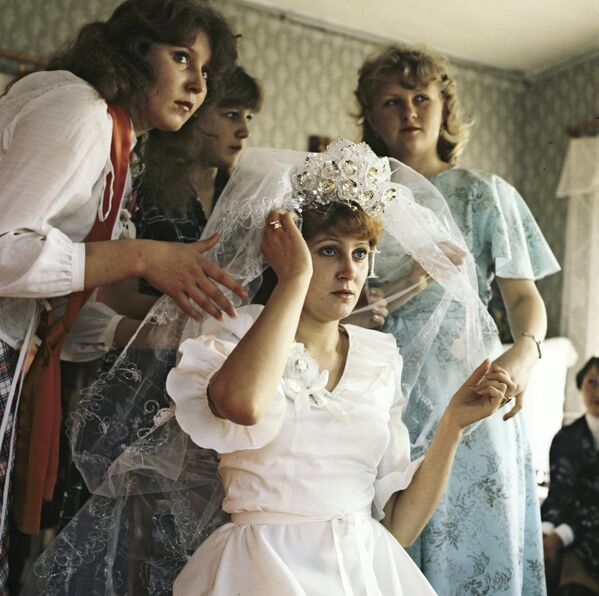 Невеста с подружками. Последние приготовления к свадьбе, 1986 год. - Sputnik Беларусь