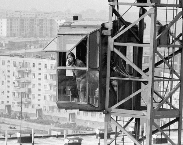 Девушка-крановщик в кабине подъемного крана на стройке в Минске, 1970 год. - Sputnik Беларусь