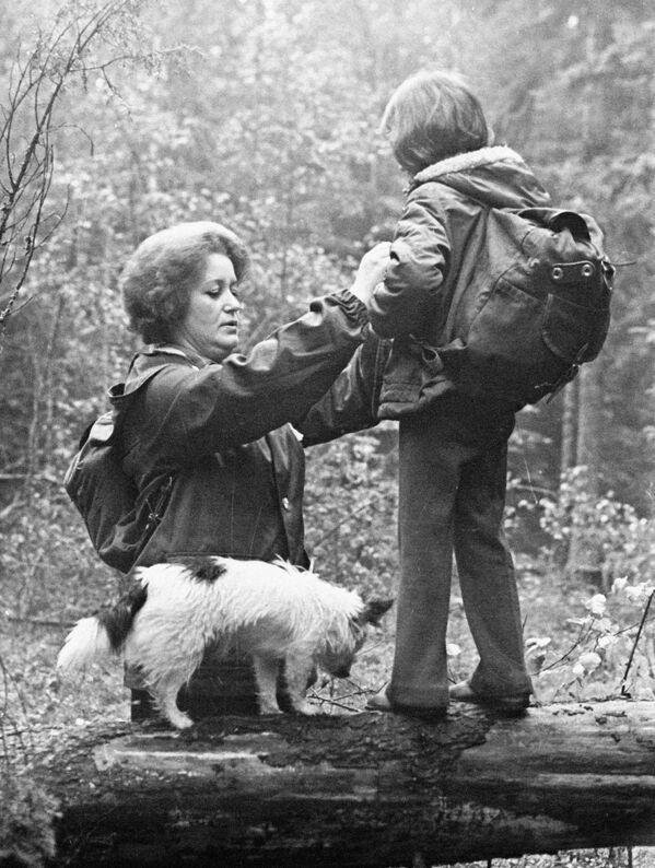Работница Барановичского хлопчатобумажного комбината с ребенком на отдыхе, 1978 год. - Sputnik Беларусь