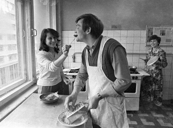 Девушка кормит молодого человека на кухне студенческого общежития Белорусского государственного университета имени Ленина, 1983 год. - Sputnik Беларусь