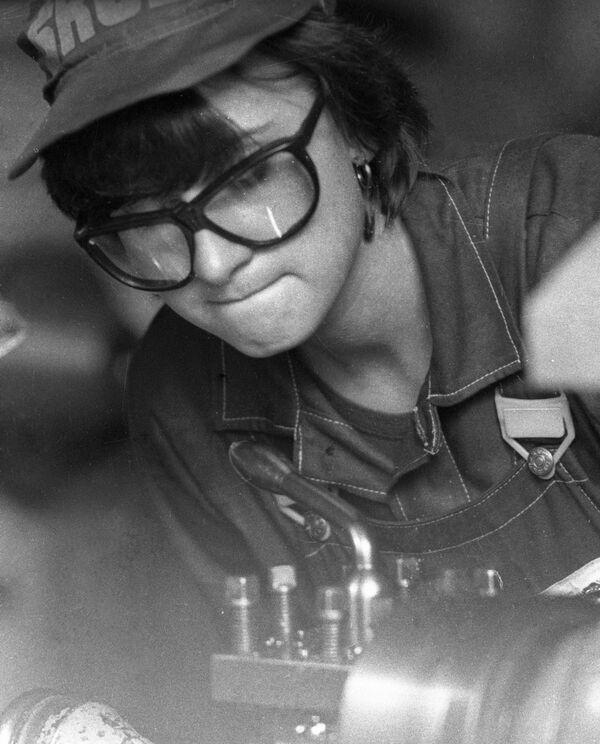 Девушка-токарь механо-сборочного цеха завода грузовых автомобилей в городе Жодино, 1981 год. - Sputnik Беларусь