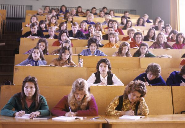 На лекции в Новополоцком политехническом институте (сейчас Полоцкий государственный университет), 1975 год. - Sputnik Беларусь