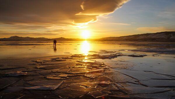 Людзі на лёдзе возера, архіўнае фота - Sputnik Беларусь