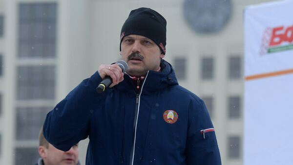 Министр спорта Сергей Ковальчук напутствовал девушек перед забегом - Sputnik Беларусь