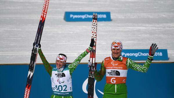 Ведущий Роман Ященко и Светлана Сахоненко (Беларусь), завоевавшие бронзовые медали XII зимних Паралимпийских игр - Sputnik Беларусь