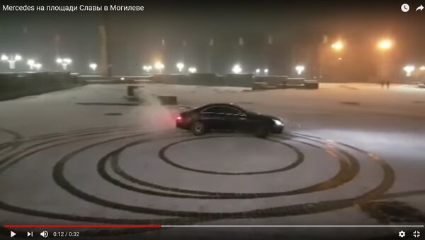 Видеофакт: как Mercedes дрифтовал на площади Славы в Могилеве - Sputnik Беларусь