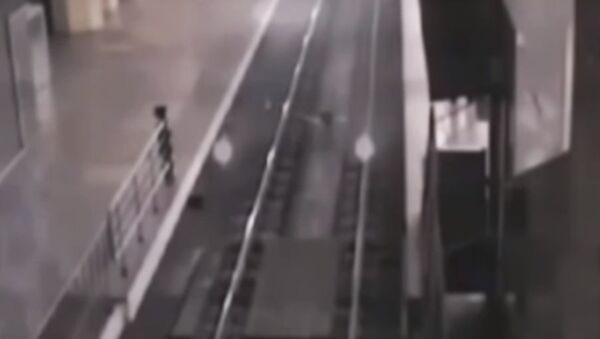 Поезд-призрак на вокзале в Китае - Sputnik Беларусь