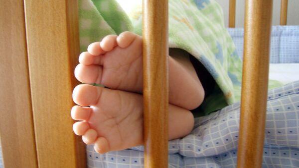 Ребенок в кроватке - Sputnik Беларусь