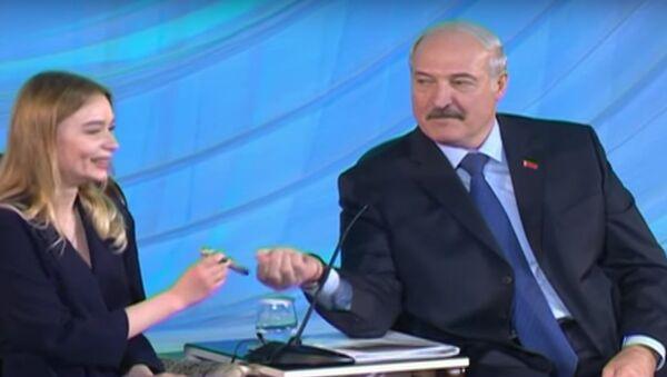 Лукашенко дарит студентке ручку - Sputnik Беларусь