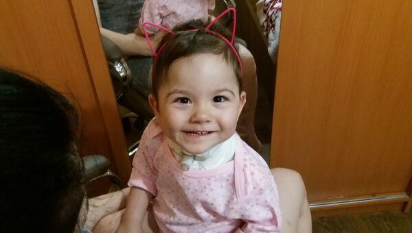 Саша растет улыбчивым ребенком, вот только говорить и смеяться еще не умеет из-за трубки в трахее - Sputnik Беларусь