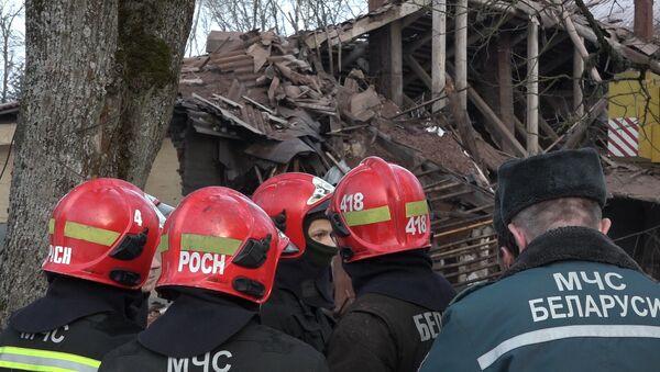 Кадры с места обрушения здания воинской части в Станьково - Sputnik Беларусь