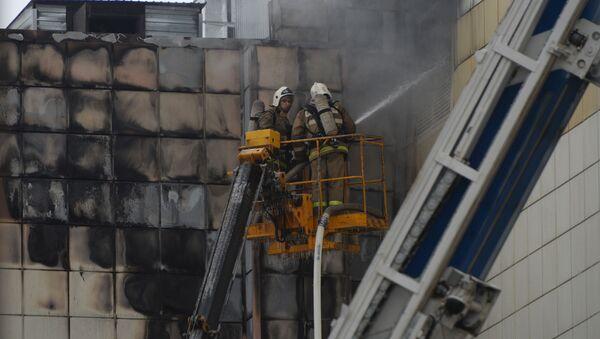 Сотрудники пожарной охраны МЧС во время тушения пожара в торговом центре «Зимняя вишня» в Кемерово - Sputnik Беларусь