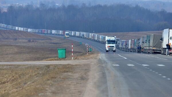 Очередь большегрузных автомобилей возле пункта пропуска Каменный лог, архивное фото - Sputnik Беларусь