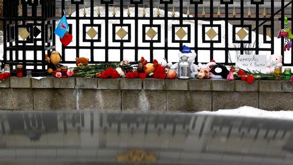 Кветкі, свечкі і цацкі ля пасольства Расіі ў Мінску. - Sputnik Беларусь