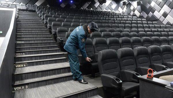 Сотрудник МЧС проверяет зал кинотеатра - Sputnik Беларусь