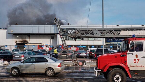 Пожар в автомобильном салоне в Санкт-Петербурге - Sputnik Беларусь