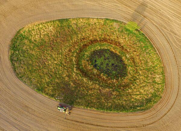Фермер сеет кукурузу на поле вокруг золли возле Петерсдорфа, восточная Германия. Золль - это небольшая впадина с водой или торфом ледникового происхождения. Золли играют очень важную роль для экологии и экономики сельского хозяйства Германии. - Sputnik Беларусь