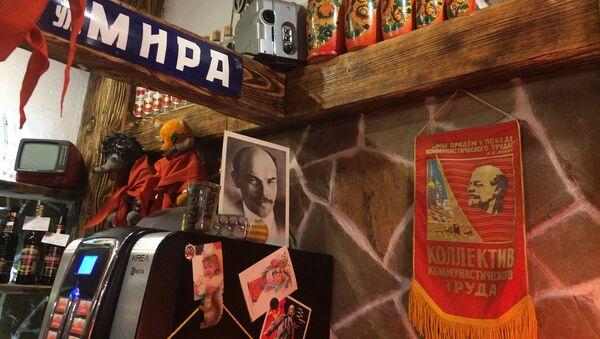 Чай здесь наливают в стаканы с подстаканниками, а под потолком висят портреты партийных деятелей - Sputnik Беларусь