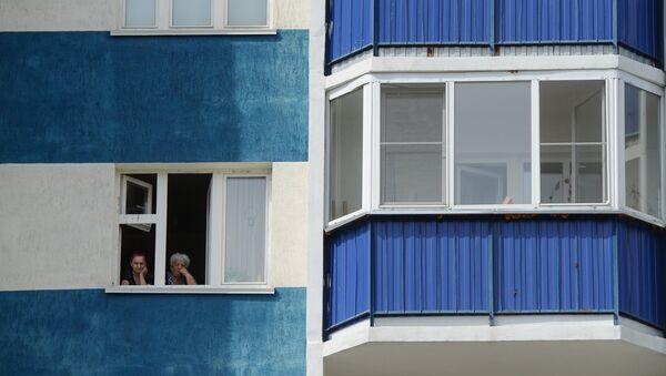 Женщины смотрят из окна своей квартиры, архивное фото - Sputnik Беларусь