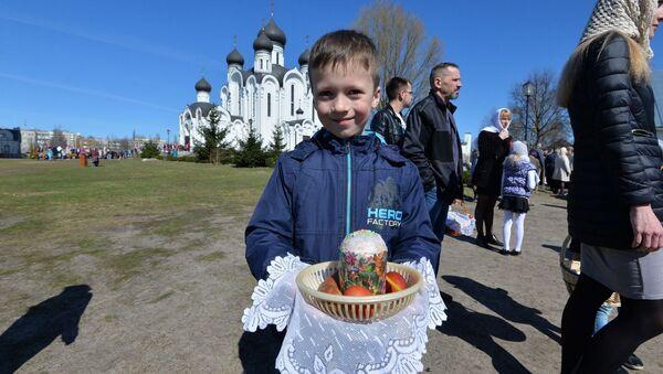 Хлопчык з велікоднай булкай - Sputnik Беларусь