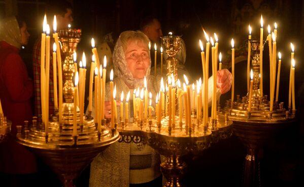 На ўсяночных вернікі запальваюць у храмах мноства свечак - Sputnik Беларусь