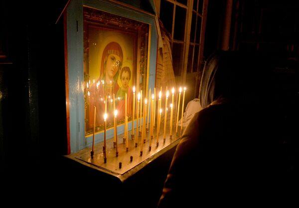 Ставяць свечкі і перад абразамі, многія вернікі звяртаюцца з малітвай да Найсвяцейшай Багародзіцы. - Sputnik Беларусь