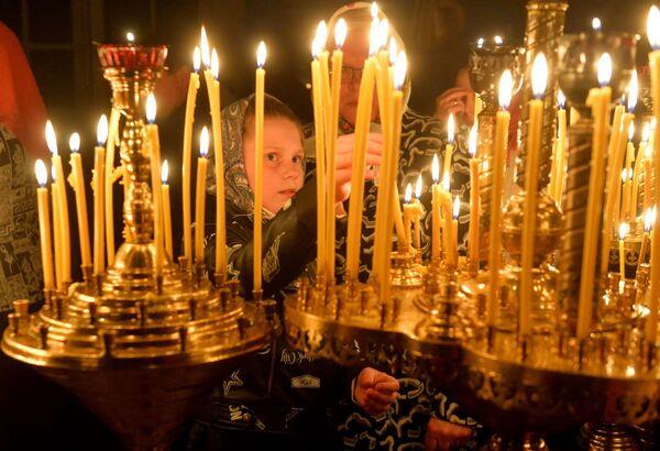 Нават самыя маленькія ставяць у цэрквах свечкі на велікодных службах - Sputnik Беларусь