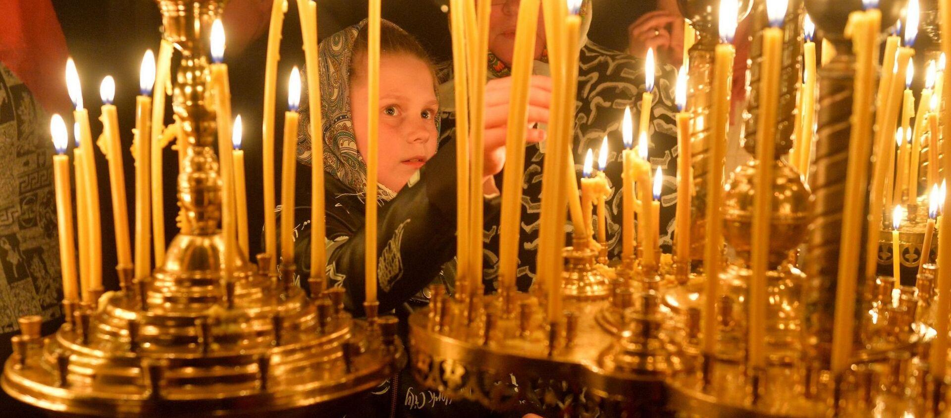Даже самые маленькие ставят в церквях свечи на пасхальных службах - Sputnik Беларусь, 1920, 15.03.2021