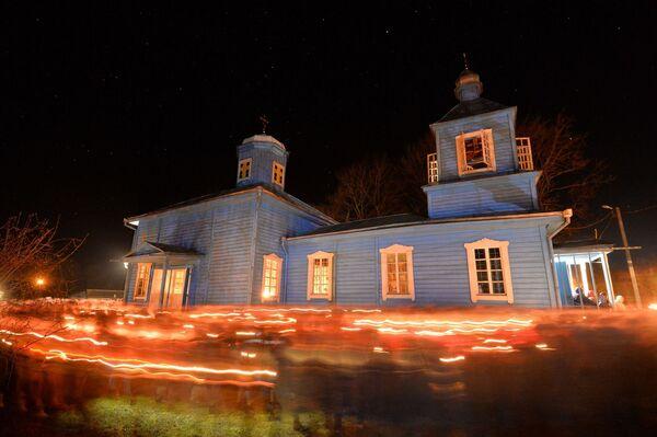 Вернікі нясуць у руках свечкі і лампадкі, што стварае ў перадсвітальнай цемры мірыяды агнёў - Sputnik Беларусь