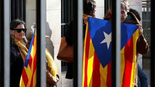Люди с флагами Каталонии, архивное фото - Sputnik Беларусь