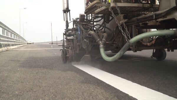 Рабочие приступили к нанесению дорожной разметки на мосту в Крым - Sputnik Беларусь