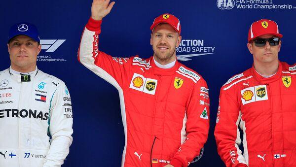 Немецкий пилот Ferrari Себастьян Феттель (в центре) после квалификации Гран-при в Китае - Sputnik Беларусь