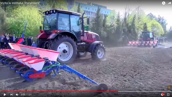Лукашэнку і Дадону паказалі, як працуюць трактары з вышыванкамі - Sputnik Беларусь