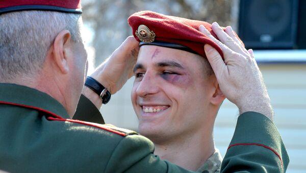 Военнослужащий белорусского спецназа радуется успешному завершению квалификационного испытания на право ношения крапового берета - Sputnik Беларусь