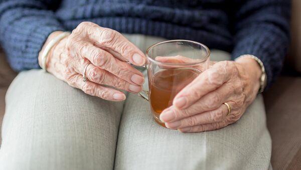 Женщина с чашкой чая, архивное фото - Sputnik Беларусь
