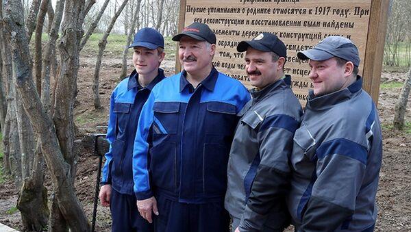 Александр Лукашенко с сыновьями работал возле Трофимовой криницы на малой родине - в агрогородке Александрия - Sputnik Беларусь