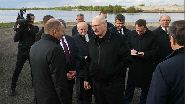 Александр Лукашенко ознакомился с работами по реконструкции аварийного автомобильного моста через реку Припять в Житковичском районе - Sputnik Беларусь