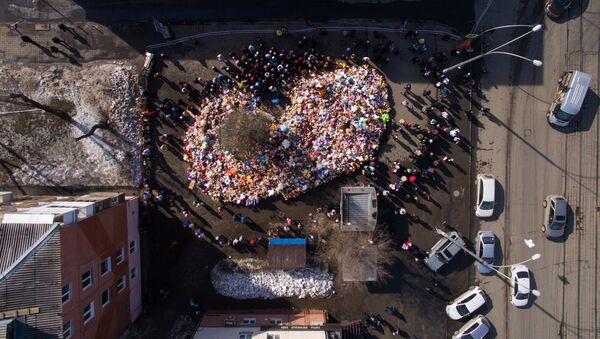 Стихийный мемориал из цветов и воздушных шаров в память о жертвах пожара в торгово-развлекательном центре «Зимняя вишня» в Кемерово - Sputnik Беларусь