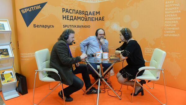 Передвижная радиостудия Sputnik на выставке СМИ в Беларуси - Sputnik Беларусь