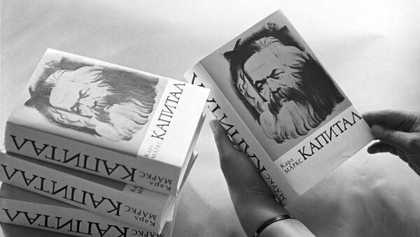 Книги юбилейного выпуска Капитала Карла Маркса, архивное фото - Sputnik Беларусь