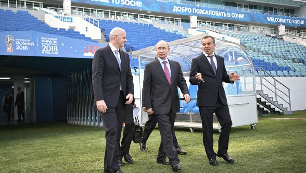 Президент РФ Владимир Путин и президент FIFA Джанни Инфантино во время осмотра после реконструкции стадиона Фишт - Sputnik Беларусь