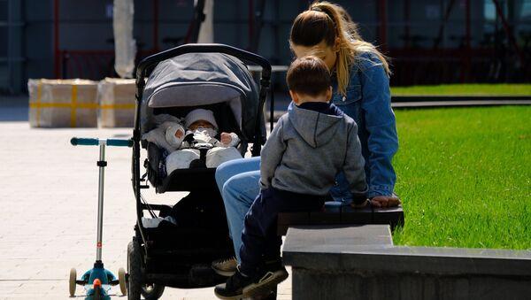 Мама с детьми, архивное фото - Sputnik Беларусь
