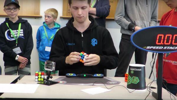 Австралиец установил рекорд по сборке кубика Рубика, видео - Sputnik Беларусь